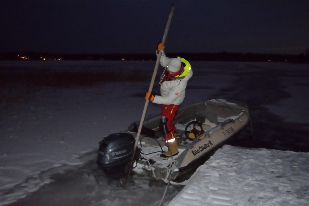 Jaakko rikkoi jäätä moottorin takaa ennen kotiinlähtöä.