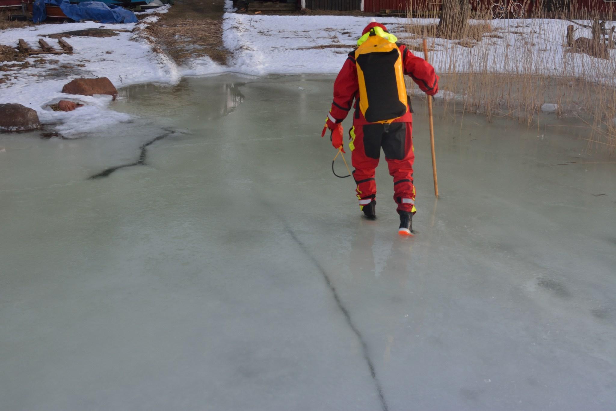 Rannassa jää on ratkennut ja painunut nyt jo pohjaan. Taisi olla juuri tämän kuvan ottamisen jälkeen, kun jää petti Jaakon alla ja Jaakko humahti polvia myöten veteen. Minua nauratti! Kunnes tajusin, että joudun menemään perässä.
