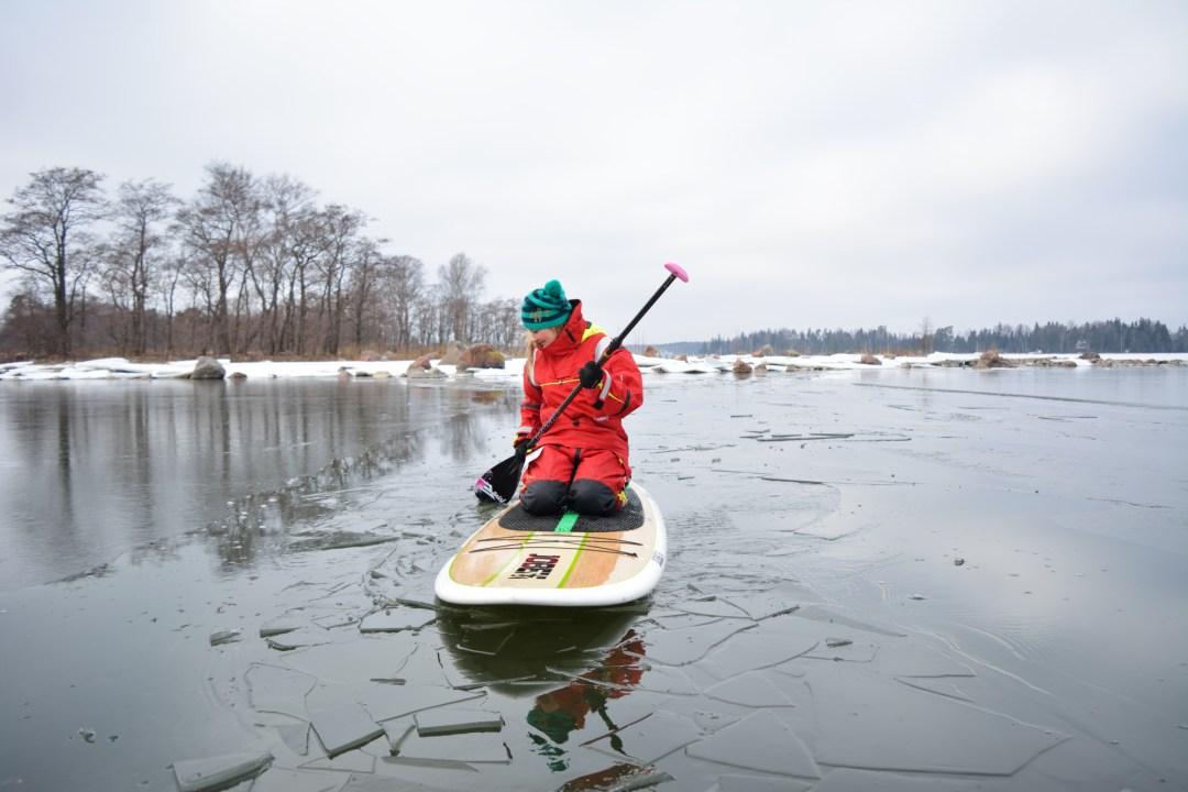 Teija pääsi vanavedessä sulaan veteen ja lauta liikkui helposti jään keskellä.
