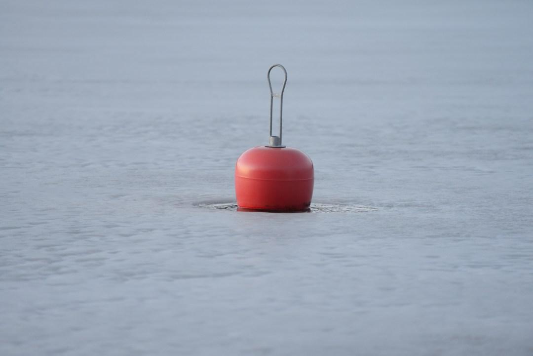 Tämä poiju oli kerännyt ympärilleen pienen vesirinkulan ja kellui jo avovedessä.
