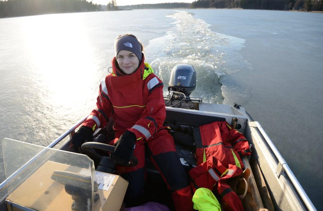 Helppo hymyillä, kun saa leikkiä jäänsärkijää! Vaadin ajovuoron, koska Jaakko oli saanut ajaa jäätä rikki jo niin monta kertaa.