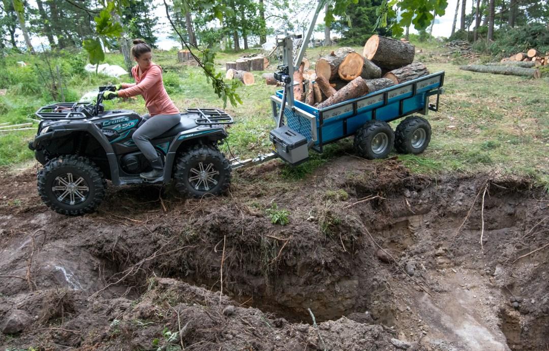 Tontilla on tehty jo vähän testikaivantoja. (No kun se kaivinkone tuli pihaan, niin pakkohan se oli jotain kaivaa!) Mönkkärillä kuljetettiin puut ja väistettiin sekä kantoja että kaivantoja.