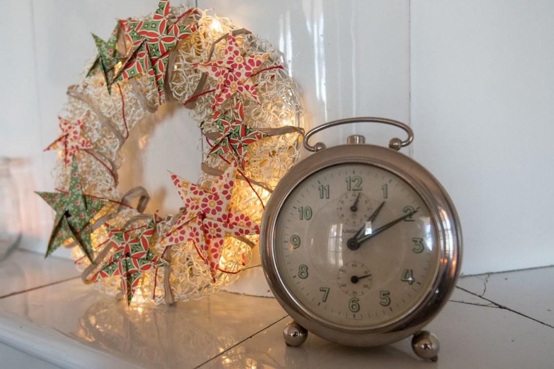 Salille antoi rytmiä vanha kello, joka tikitti kovaäänisesti.