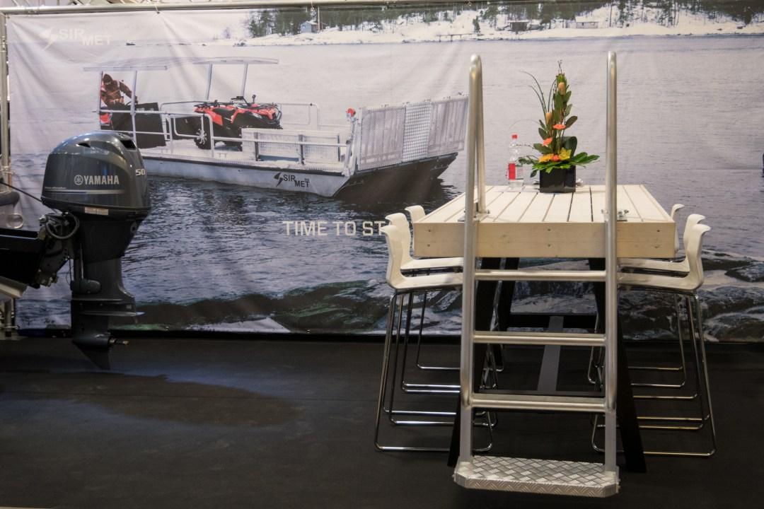 Tadaa! Saaristoajoa juuri ennen syksyn veneen nostoa. Ja sitten huomio kiinnittyikin upeaan pöytään!