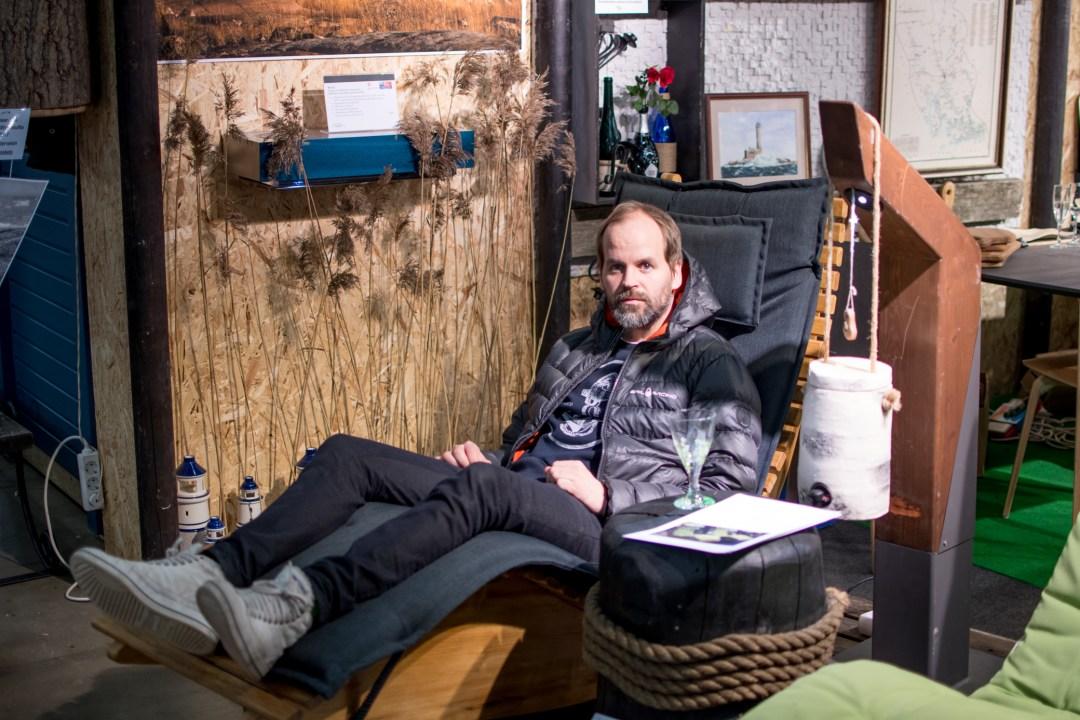Jaakko testasi laiturille sopivan keinuvan tuolin. Olisi kuulemma voinut jäädä pidemmäksikin aikaa lepäilemaan...