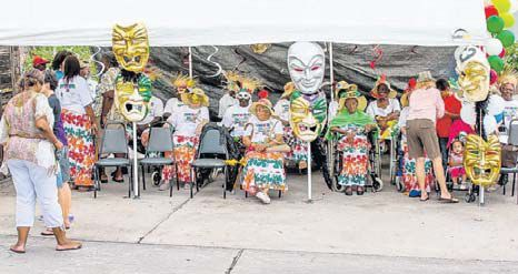 Saba's seniors enjoying the parade. (STK photo)