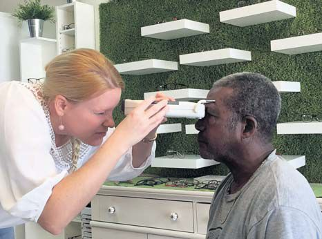 Saba resident gets eyes checked.