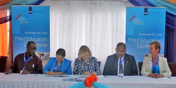 The signing of the new education agenda. From left to right: acting Governor of Saba Franklin Wilson, Commissioner Nina den Heryer of Education (Bonaire), Minister Jet Bussemaker from OCW, commissioner Derrick Simmons of Education (Sint Eustatius) and president Bettina Schroeter from the Education Labour Market Council (ROA) Caribbean Netherlands. Mr. Wilson signed on behalf of Commissioner Bruce Zagers of Education (Saba), who was unable to attend due to illness.