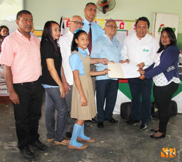 Representante de ISM entregan titulo simbólico de Titilo de propiedad.
