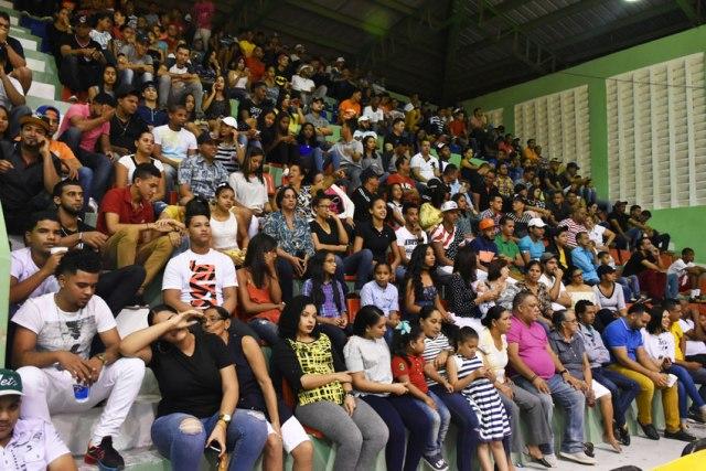 """Público en el Polideportivo José """"Chachito"""" Carrasco."""