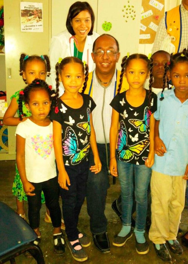 El pediatra José Rodríguez Disla con algunos niños/as en la escuela TV. Centro El Aguacate.