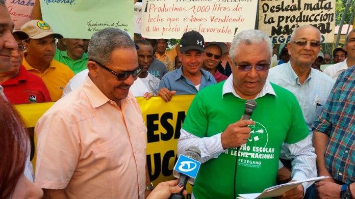 Rolando Peralta - Presidente de FEDEGANO (Derecha) hace entrega de documento a Miguel Ángel Núñez ( Gobernador Provincial) (Izquierda). (Foto: Carlos Bueno).
