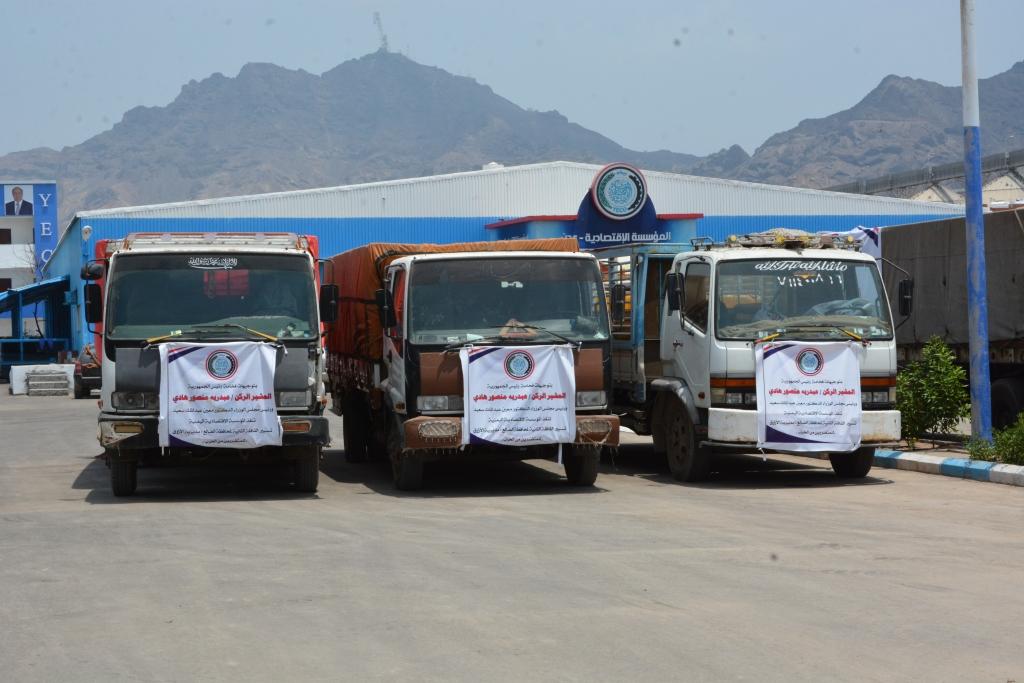 المؤسسة الاقتصادية اليمنية تسير قافلة اغاثية للمتضررين بمديرية الازارق في الضالع