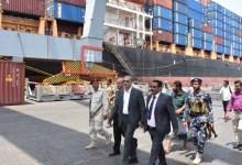 وزير النقل يطلع على سير العمل في محطة الحاويات بميناء عدن