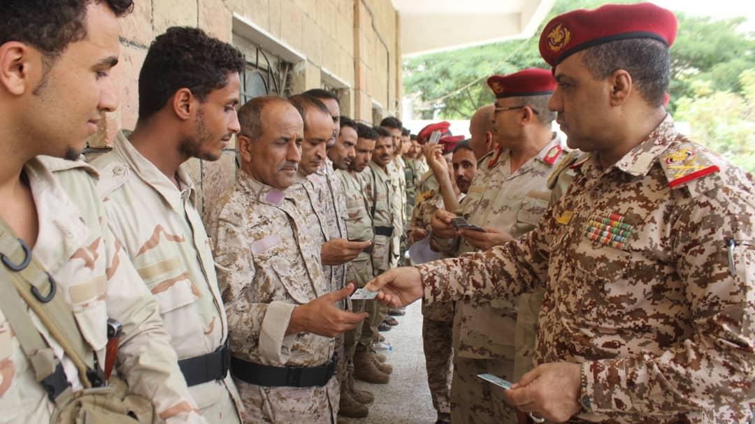 قائد محور تعز يدشن توزيع البطائق الالكترونية لمنتسبي الجيش الوطني