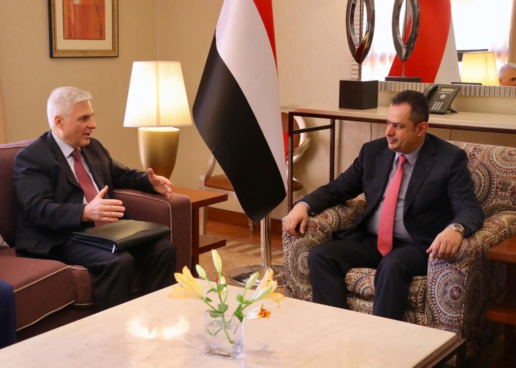 رئيس الوزراء يشدد على ضرورة عدم خروج الحل السياسي في اليمن على المرجعيات الثلاث