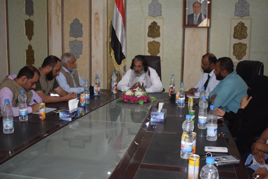 محافظ الجوف يلتقي وفد كويتي يزور المحافظة لتقييم الاحتياجات الإنسانية