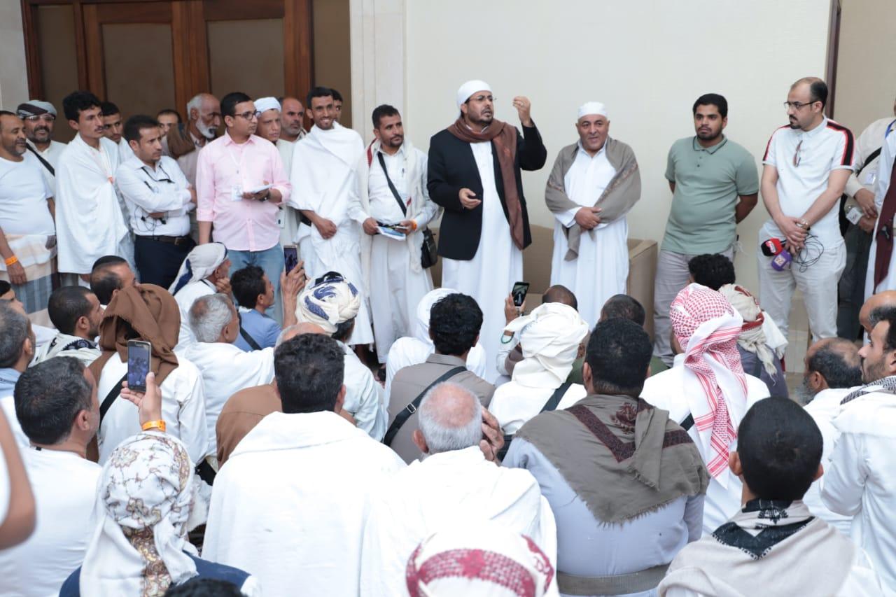 وزير الأوقاف يزور الحجاج ذوي الشهداء بمكة المكرمة