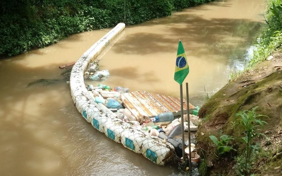 Morador cria uma ecobarreira caseira e retira do rio mais de 5 toneladas de lixo