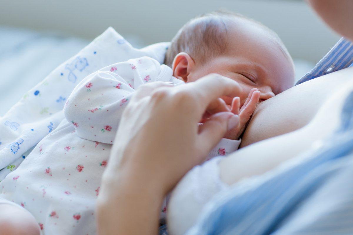 """Estudo aponta: O leite materno é capaz de proteger o """"fígado"""" do bebê para o resto da vida"""