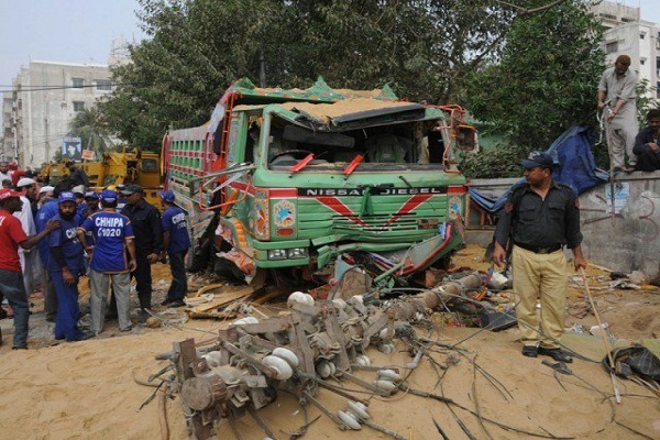 Bus collides with truck, 5 dead in Pakistan