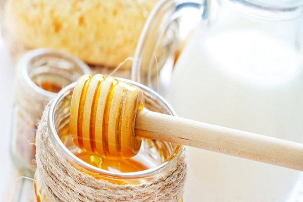 Remove this paste from honey and milk.