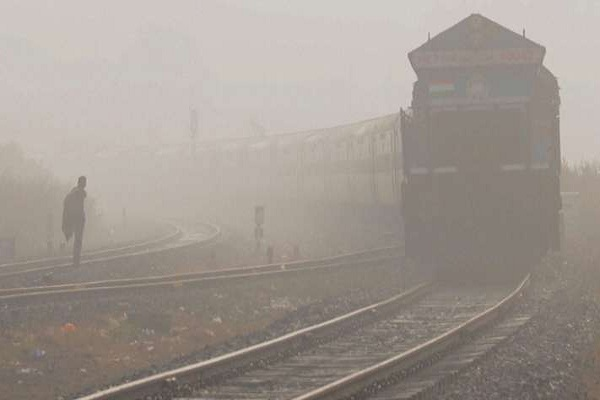 10 trains canceled in Delhi on cloudy mist