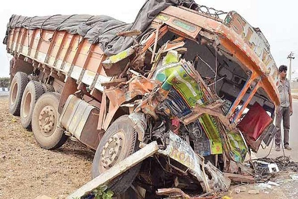 25 dead, many injured in dangerous road accident