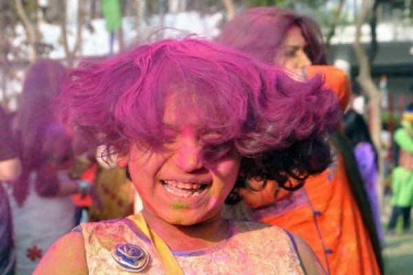 Take care of hair on the occasion holi