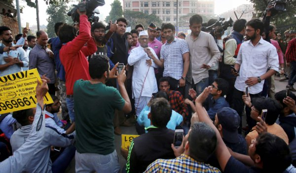 SSC exam paper leak : Anna Hazare meets protesters in Delhi
