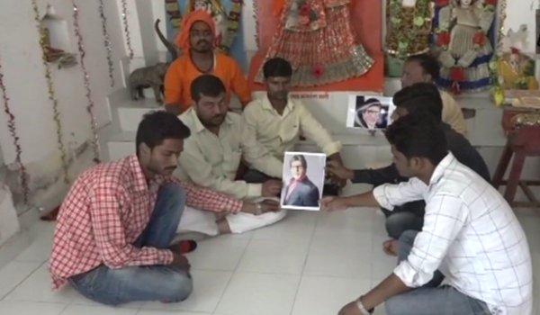 Allahabad: Fans of Amitabh Bachchan perform prayers for his good health