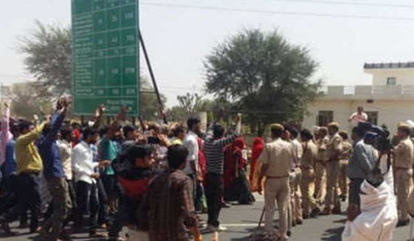 Jaipur Police lathicharge on villagers who protest against toll plaza