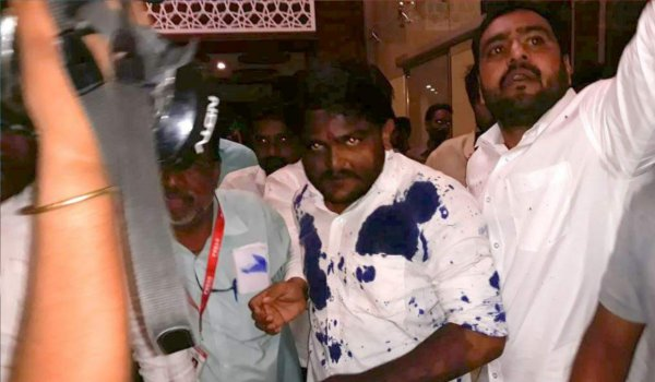madhya pradesh : ink attack on hardik patel by gurjar youth in Ujjain, youth detained by police