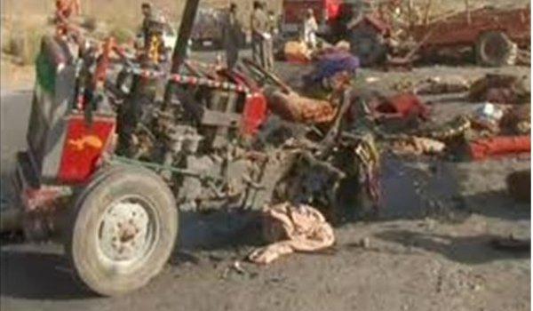 loading vehicle rams 4 after tyre burst in Narsinghpur,