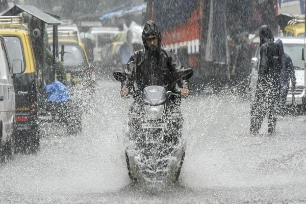 Three people died due to torrential rains in Mumbai