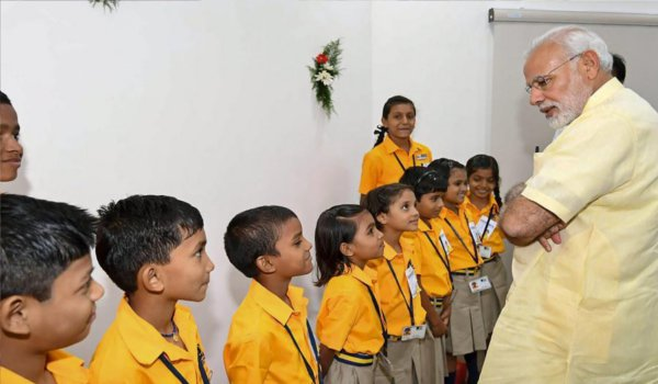 pm modi meets children at naya raipur