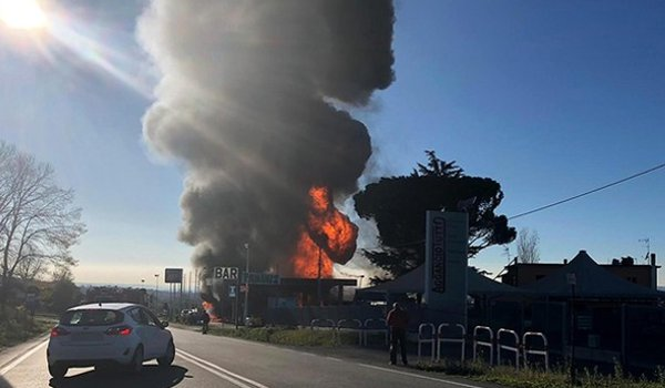 Italy : gas tanker explodes, two killed, 17 injured