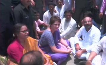 priyanka gandhi ko sonbhadra jaane se roka,dharane par baitheen