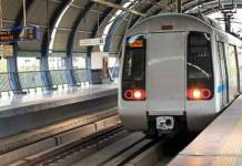 Passenger jumped on the delhi metro track