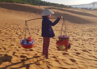 vietnam vrouw met drager rode zandzuin mui ne