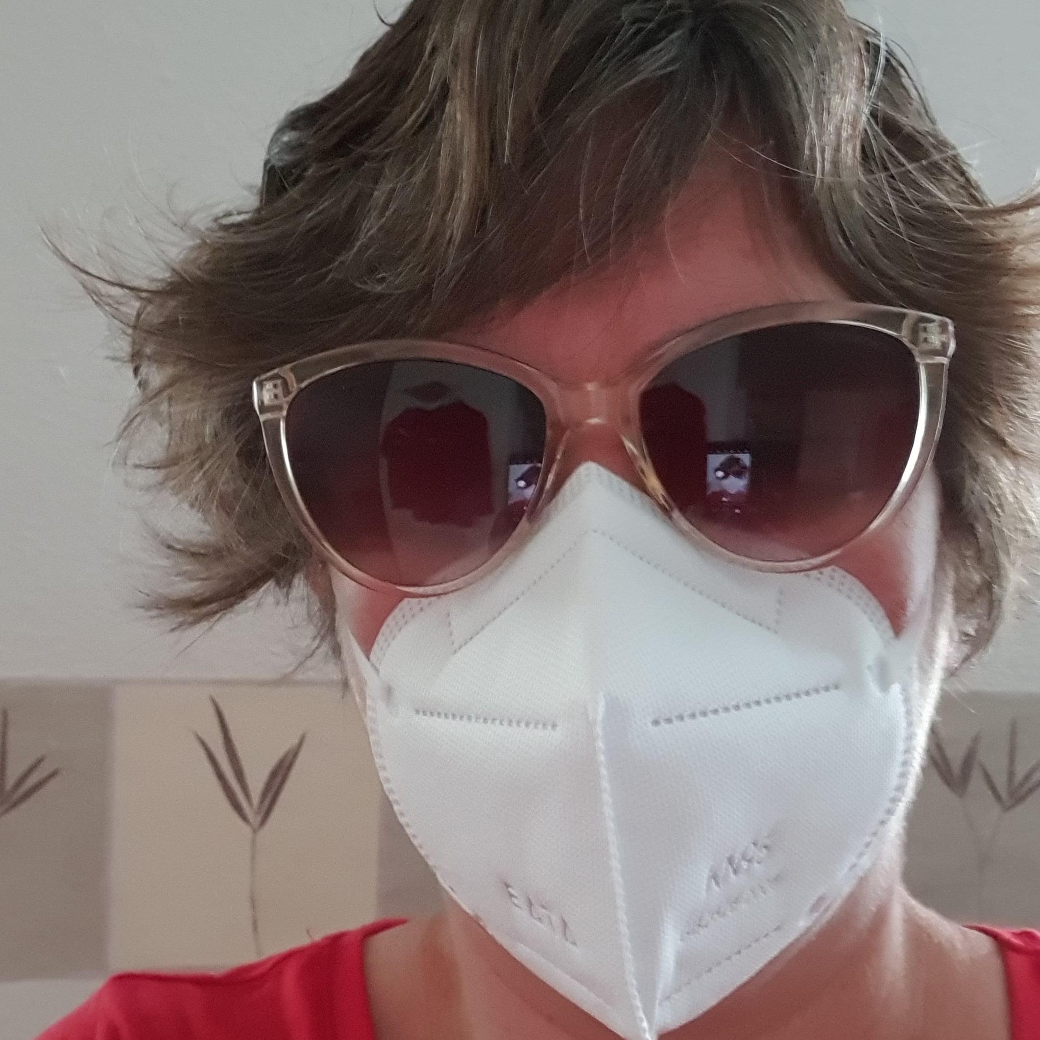 vrouw met masker en zonnebril