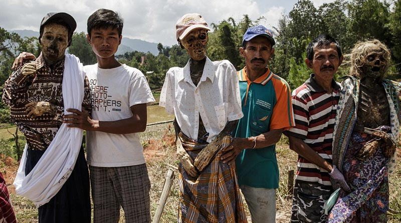Living-with-the-Dead-(Indonesia)-daily-mail