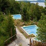 Les 2 bains à remous extérieur en bordure du lac Sacacomie. Geos Spa de l'hôtel sacacomie.