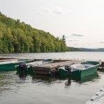Quai de l'hôtel Sacacomie sur le lac Sacacomie. Il vous donne accès à plusieurs activités nautiques disponibles à l'hôtel.