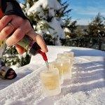 Verre de glace rempli de boisson Sortilège sur la Terrasse de l'hôtel Sacacomie. Petits plaisirs d'hiver en pleine nature!