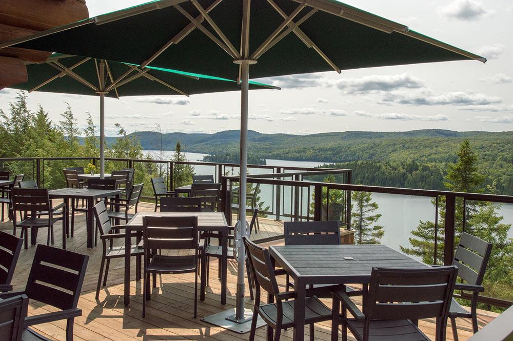 Magnifique vue de la terrasse du restaurant de l'hôtel Sacacomie.