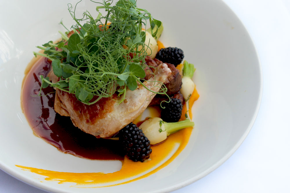 Fine cuisine, volaille, à déguster sur la terrasse de l'hôtel Sacacomie