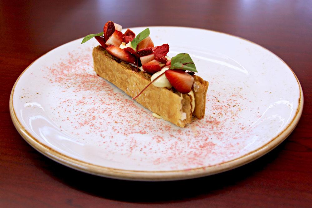 Cuisine gastronomique dessert restaurant hôtel sacacomie mille feuilles aux fraises