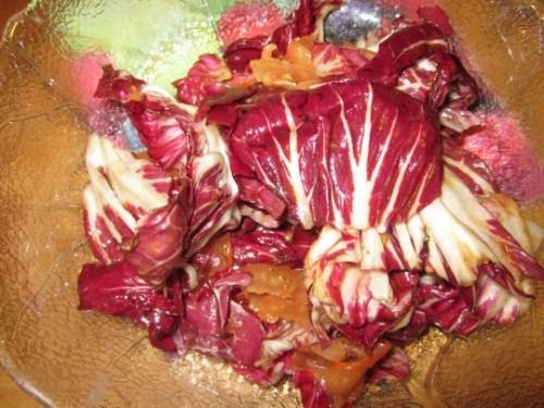 Radicchio-Salat passt hervorragend. Geben Sie eine super-fein geschnittene Tomate (Gurkenhobel nehmen) dazu.