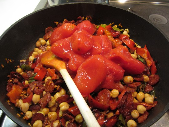 Tomaten und Brühe hinzukippen...